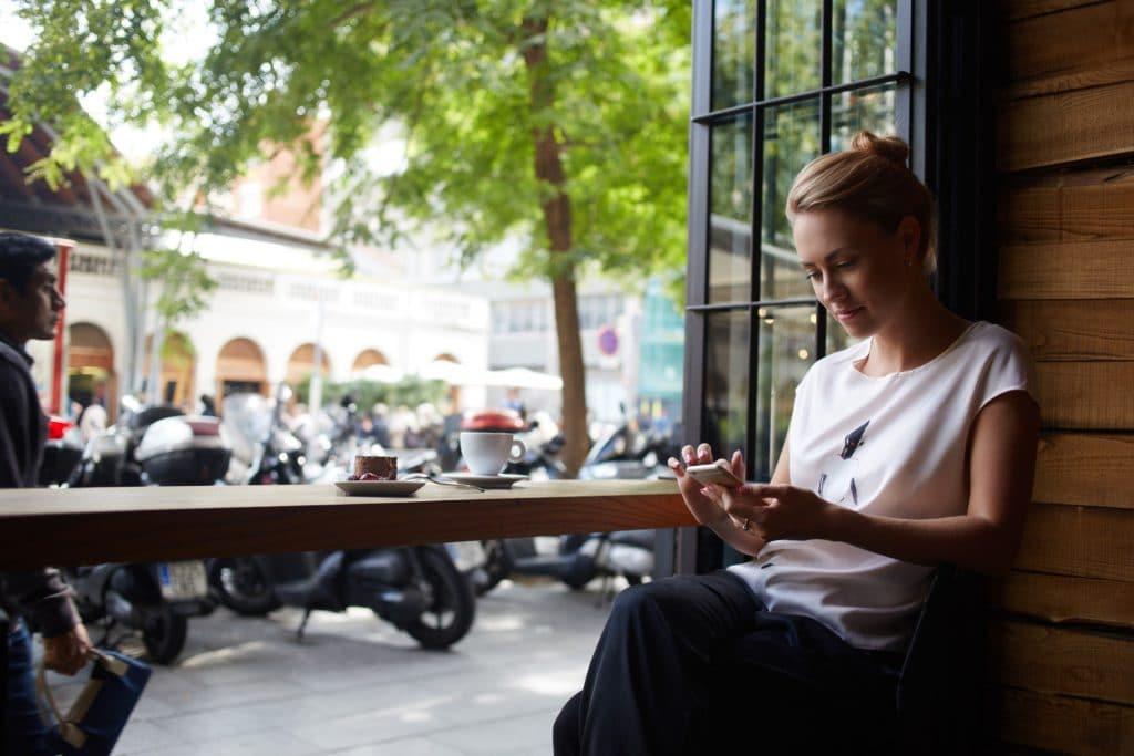 להירגע בבית קפה