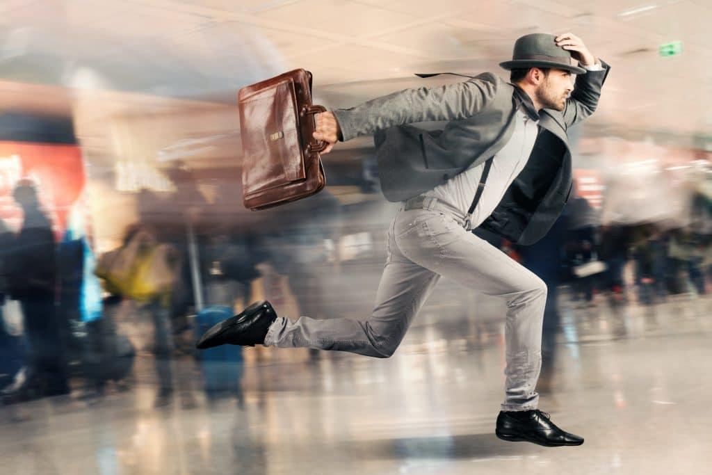 איש רץ עם תיק ביד - מסע בזמן