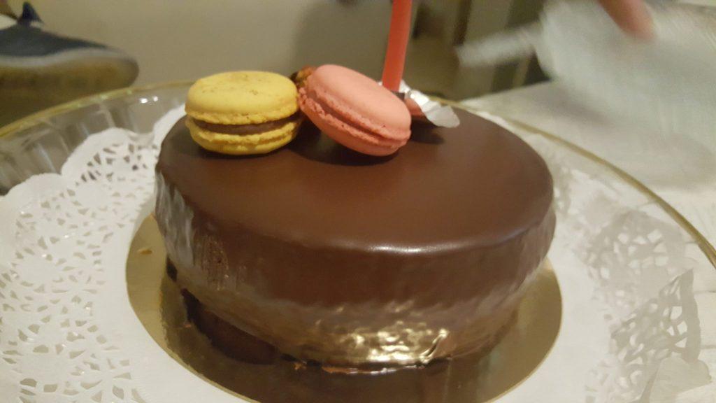 עוגה עם עוגיות מקרון