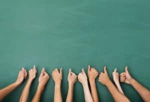 10 ידיים עם אצבעות אגודל מצביעות כהמלצה