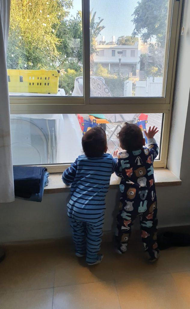 בתמונה: הקטנטנים שלי מסתכלים מהחלון החוצה