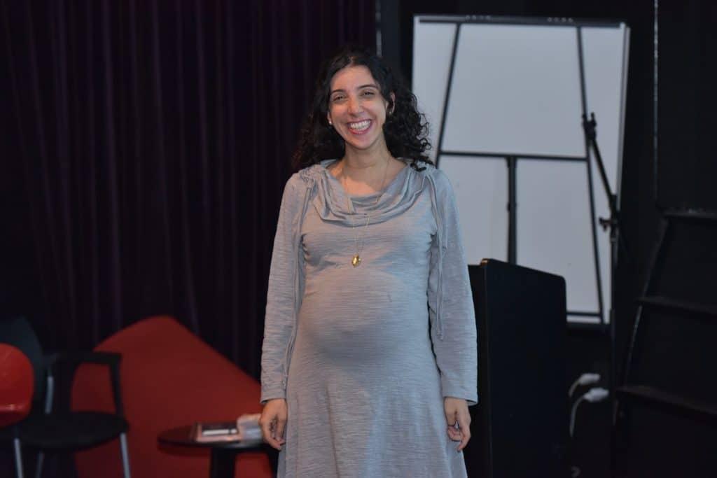 לירון פורת בהיריון מחייכת - לפני הרצאה לעובדים