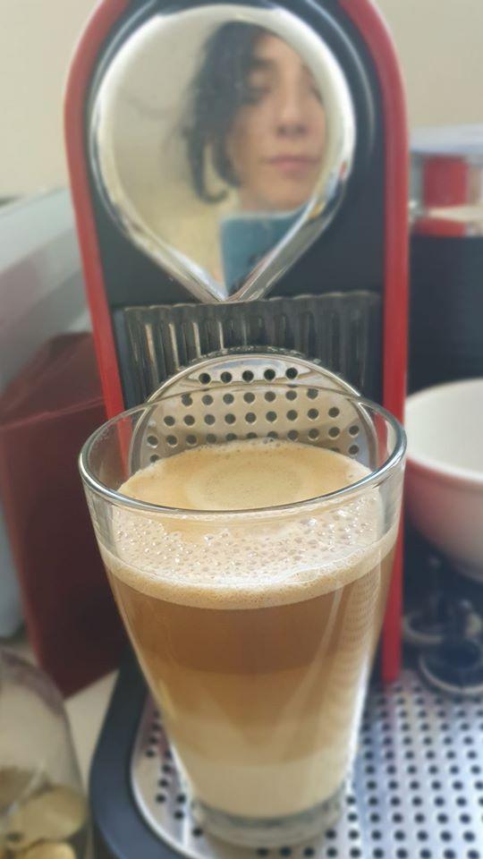 לירון פורת מצלמת כוס קפה