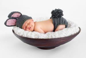 תינוק קטן ישן בקערה