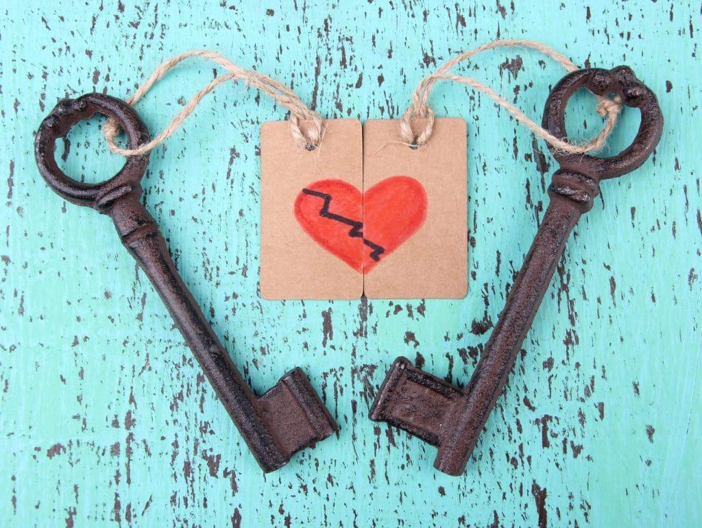 שני מפתחות בית ותמונה של לב - זוגיות בימי קורונה - תמונה מרחוק