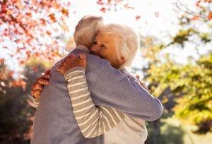 הרצאה - סודות החיים הארוכים. בתמונה שני מבוגרים מתחבקים