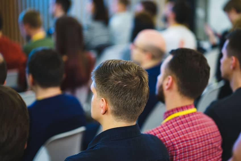 מנהלים מקשיבים במהלך הרצאה למנהלים של לירון פורת