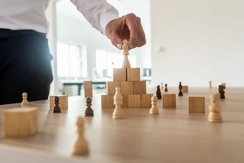 מנהל בונה אסטרטגיה במהלך קורס פיתוח מנהלים של לירון פורת
