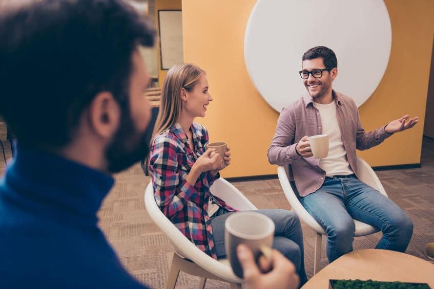 מנהלים משוחחים במהלך סדנת פיתוח מנהלים מבית לירון פורת