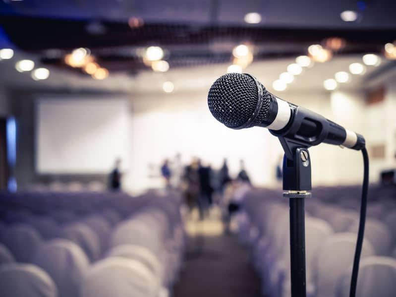מיקרופון באולם הרצאות ריק לפני הרצאה בעברית בפני קהל