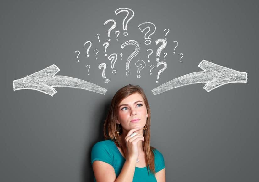 בחורה מתלבטת בין מספר כיוונים - קבלת החלטות באי וודאות